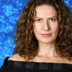 Patricia Pilar com crespos comportados e volume controlado.