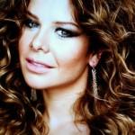 Fernanda Souza de visual novo, com cabelos encaracolados.