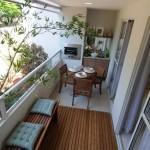 A varanda pode ser uma extensão da cozinha com armários embutidos e mesa para fazer refeições.
