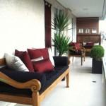 As almofadas coloridas e os vasos com plantas harmonizam a varanda.