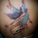 A tatuagem de fada pode ser símbolo da inocência jovial e um desejo de manter a imaginação, admiração e irreverência das crianças.