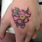 A tatuagem na mão requer mais cuidados até cicatrizar por causa da contaminação.