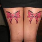 Laços vermelhos nas pernas como se estivessem embrulhadas pra presente.