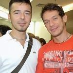 Carlos Tufvesson e André Piva: troca de carinhos e beijo em público, sem medo de ser feliz.. (Foto: divulgação)