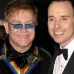 Elton John e David Furnish - Após 12 anos de relação, em dezembro de 2005, o casal oficializa a união na prefeitura de Windsor. (Foto: divulgação)