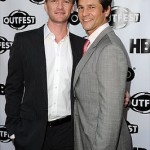 O casal gay Neil Patrick Harris e James Burtka posam para foto juntos. (Foto: divulgação)