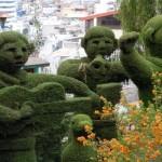 Jardim trabalhado e com várias esculturas ornamentais.