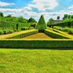 Jardim ornamentado e bem cuidado.
