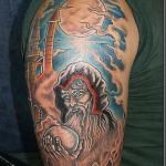 Tatuagem colorida masculina no braço, traços perfeitos e precisos. (Fotos: divulgação)