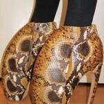 Sapato em pele de cobra com formato extravagante. (Foto: divulgação)