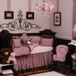 Quarto infantil decorado com marrom e rosa.