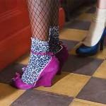 O uso de meias coloridas com sapatos abertos era mais um charme da moda. (Foto: divulgação)
