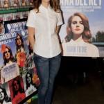 Lana veste duo básico de camisa branca e calça jeans. (Foto: divulgação)