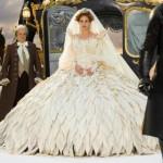 """Mais uma vez Julia Roberts aparece de noiva nas telonas, agora ela interpreta a Rainha Má neste longa dirigido por Tarsem Singh """"Espelho, espelho meu"""". (Foto: divulgação)"""
