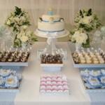 O bolo confeitado e os doces decorados são muito importantes para a mesa principal.