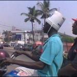 Na falta de capacete um balde ajuda. (Foto: divulgação)