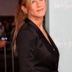 Jennifer com blaser preto muito elegante (Foto: divulgação)