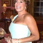 O vestido favorece o busto volumoso da atriz e o uso do brinco, sem colar, está correto. (Foto: divulgação)