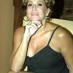 Vestido preto com decote sensual deixa a atriz mais sedutora. (Foto: divulgação)