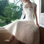 O vestido de noiva retrô em alguns casos substitui o véu por um arranjo no cabelo. (Foto: divulgação)
