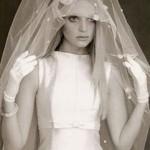 Vestido zibeline, modelo anos 60 com véu e luva curta. (Foto: divulgação)