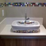 Faixa decorativa de pastilhas em banheiro.