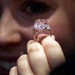 Diamante Rosa Intenso - diamante rosa de 24,78 quilates, confeccionado sobre um anel, que foi visto pela última vez no mercado há cerca de 60 anos. A peça foi vendida em 16 de novembro de 2010 por R$ 80,8 milhões (US$ 46,1 milhões) em Genebra, na Suíça. (Foto: divulgação)