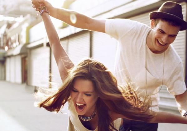 Os namorados se divertem muito contando piadas (Foto: Divulgação MdeMulher)