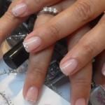 Decorar a unhar requer estilo e também bom senso, além de habilidade, para quem vai decorar sozinha, sem ajuda de uma manicure. (Foto: divulgação)