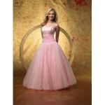 Os vestidos com estilo clássico vem com tudo embora abra espaço para os modelos mais originais.  (Foto: divulgação)