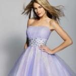 Para as meninas mais ousadas e que gostam de surpreender os vestidos para 15 anos curtos com cortes mais modernos e cores mais fortes fazem a frente. Este estilo de vestido é ideal para as meninas mais baixinhas. (Foto: divulgação)