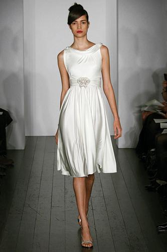 Os vestidos são mais simples, mas cheios de charme e elegância como pede a ocasião. (Foto: divulgação)