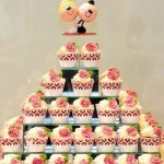 Os bolos individuais em sabores diferentes agradam convidados com preferências distintas.