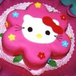 Bolo infantil em formato de flor decorado com a Hello Kitty. (Foto: divulgação)