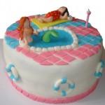 Bolo infantil com decoração de piscina. (Foto: divulgação)