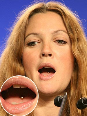 A atriz Drew Barrymore surpreendeu ao ser fotografada com um piercing na língua. (Foto: divulgação)