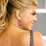 A cantora Fergie é adepta de piercings, principalmente na região da orelha. (Foto: divulgação)