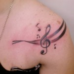 A tatuagem de clave de sol frequentemente une duas paixões: a música e a tatuagem. (Foto: divulgação)
