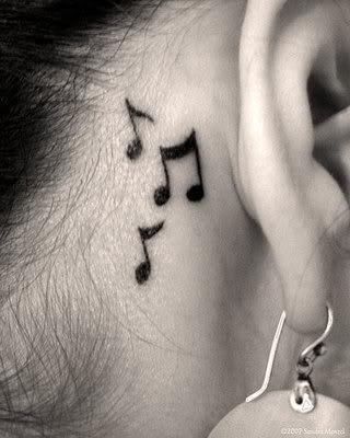 Tatuagem de notas musicais atrás da orelha. (Foto: divulgação)
