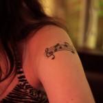 Tatuagem de pauta e notas musicais no braço. (Foto: divulgação)