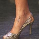 Tatuagem de notas musicais no pé. (Foto: divulgação)