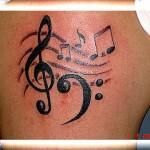 Tatuagem de notas musicais e símbolo no braço. (Foto: divulgação)