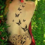 Tatuagem de borboletas com notas musicais nas costas. (Foto: divulgação)