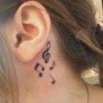 Clave de sol e notas musicais tatuadas atrás da orelha. (Foto: divulgação)