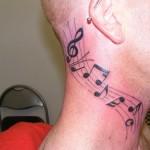 Tatuagem de notas musicais na pauta feita no pescoço. (Foto: divulgação)