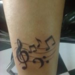 Notas musicais tatuadas na canela. (Foto: divulgação)