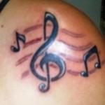 Tatuagem de clave de sol e notas musicais no ombro. (Foto: divulgação)