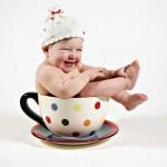Bebê sorrindo dentro da xícara. (Foto: divulgação)