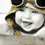 Bebê aviador sorrindo. (Foto: divulgação)