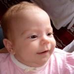 Um olhar observador e um leve sorriso nos lábios deixa um bebê muito simpático. (Foto: divulgação)